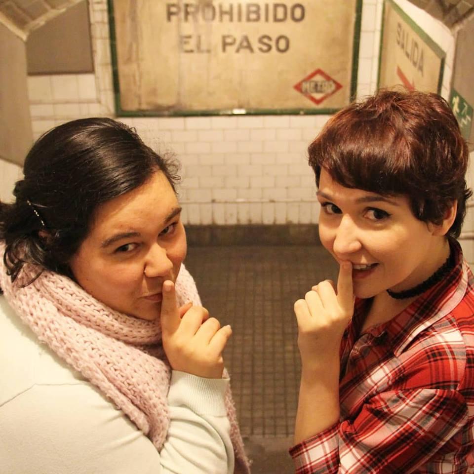 Iria y Selene en un metro muy especial
